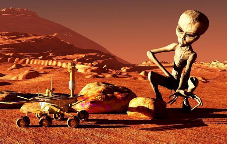 Уфологи разглядели наМарсе колеса поезда, каску ипистолет