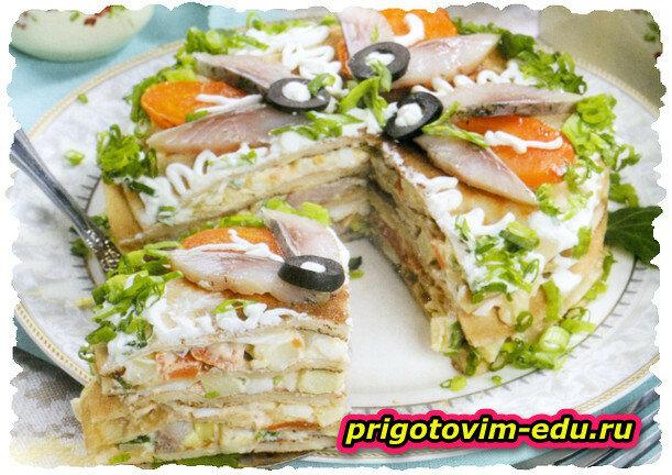 Блинчатый торт с салатом из селедки и овощей