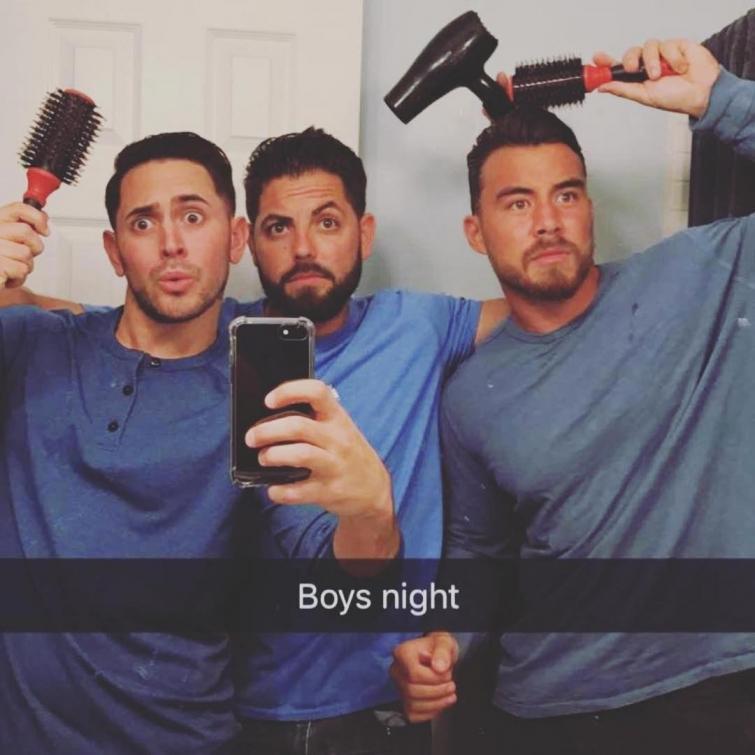 страница в Instagram, где мужчины пародируют типичные женские фотографии