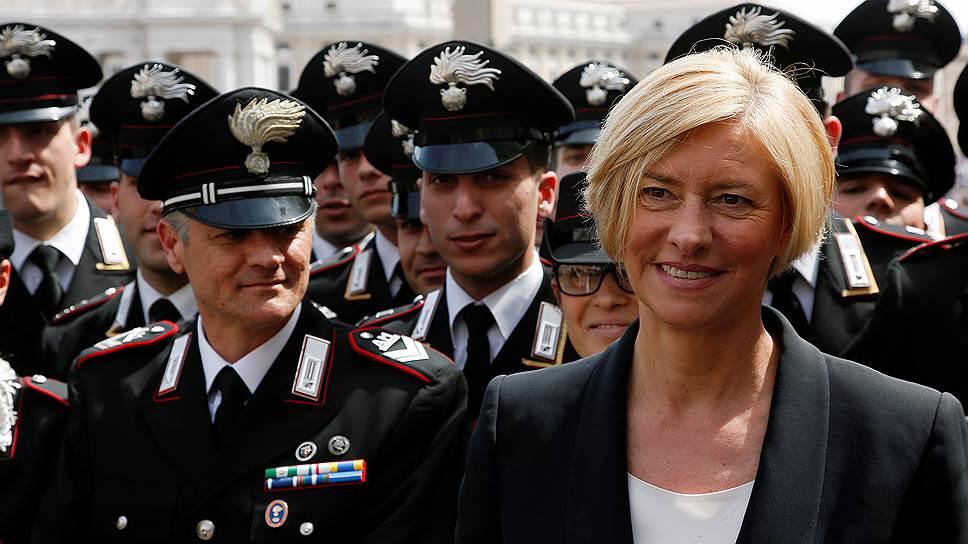 С 22 февраля 2014 года министерством обороны Италии руководит Роберта Пинотти