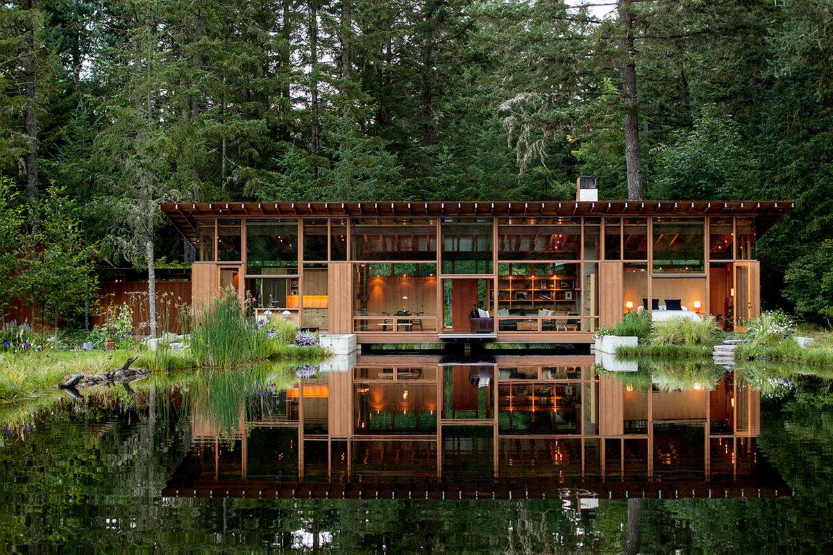 Деревянный дом на берегу озера