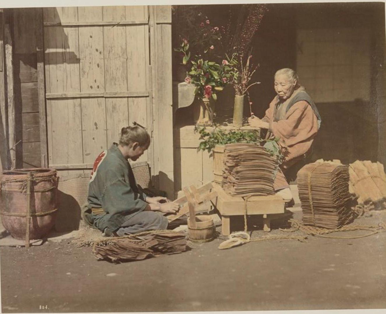 Старая женщина и ее сын за работой