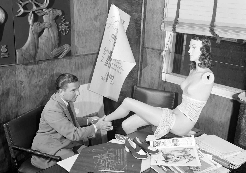 1941. Июль. Универмаг Кроули Милнер. Глава отдела дизайна готовит новый манекен