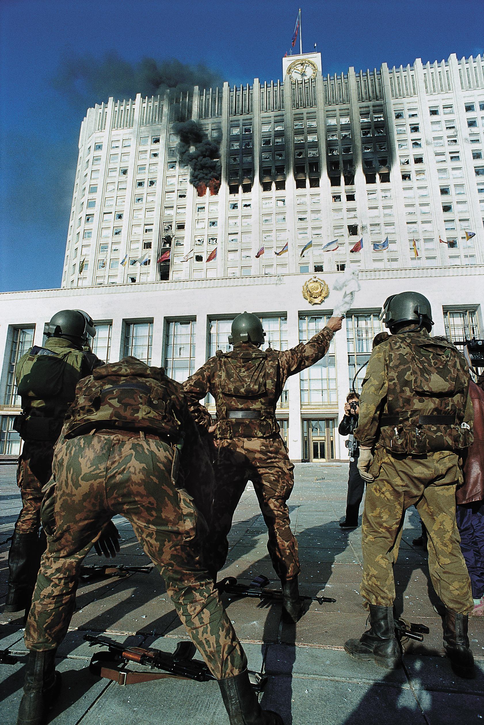 4 октября офицеры Альфы начинают переговоры с защитниками Дома Советов, резиденцией Верховного Совета