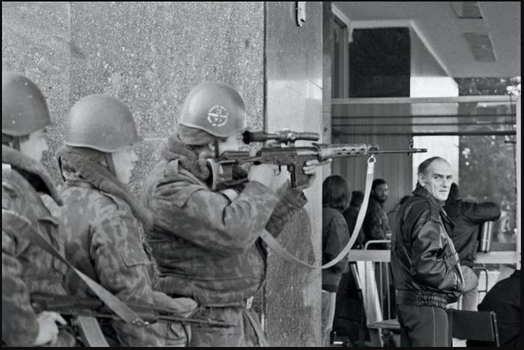 Снайпер возле Дома Советов, окруженный войсками, верными президенту Борису Ельцину