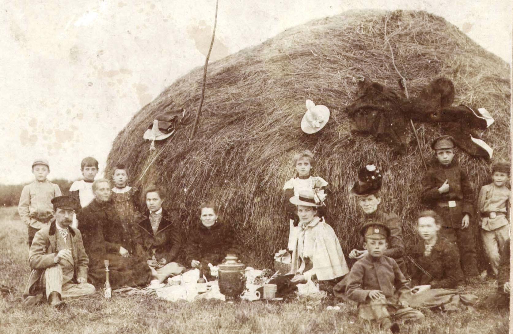 Семья Тагуновых на пикнике. 1910-е