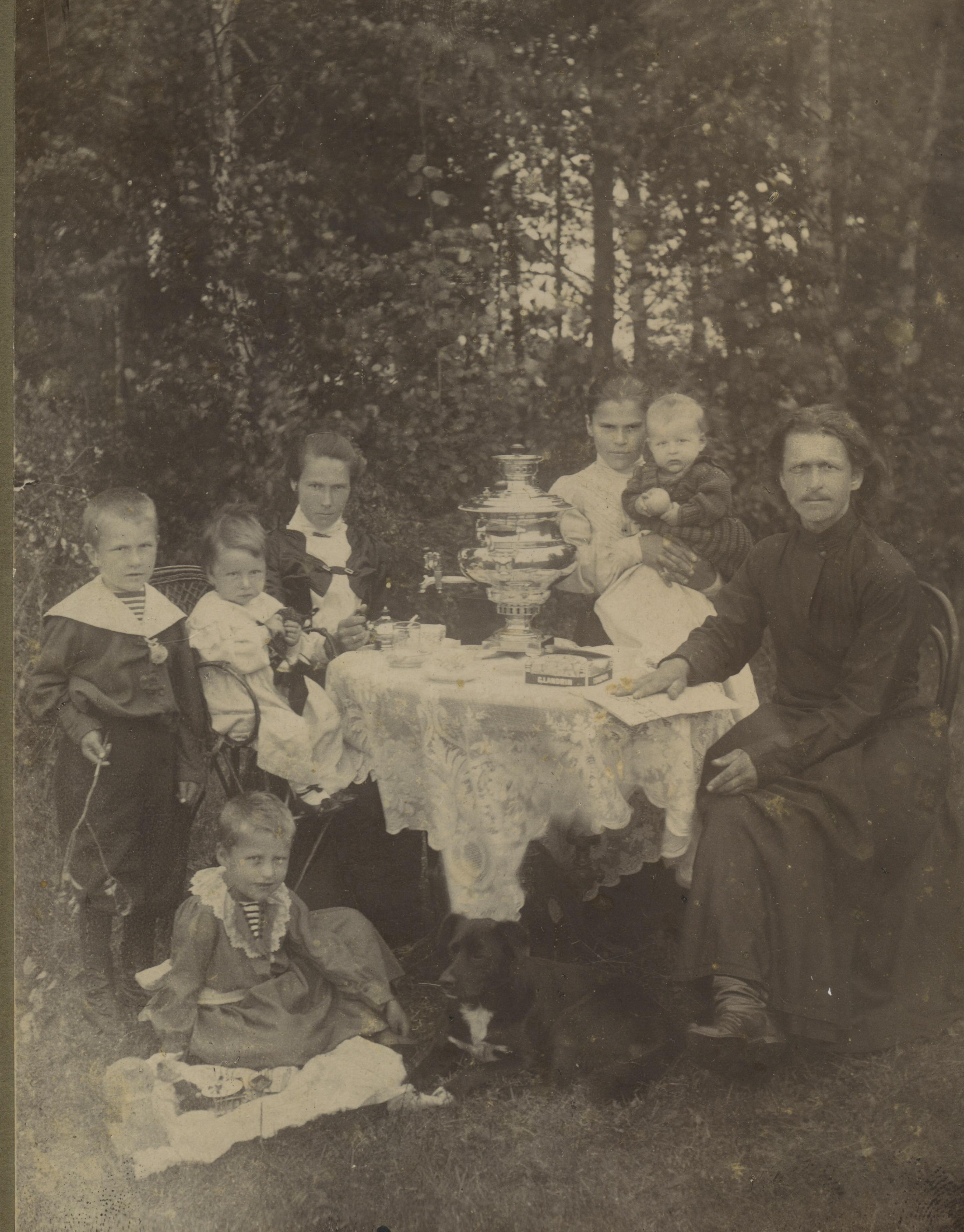 Семья священника за чаепитием. Муром, 1900 – 1910