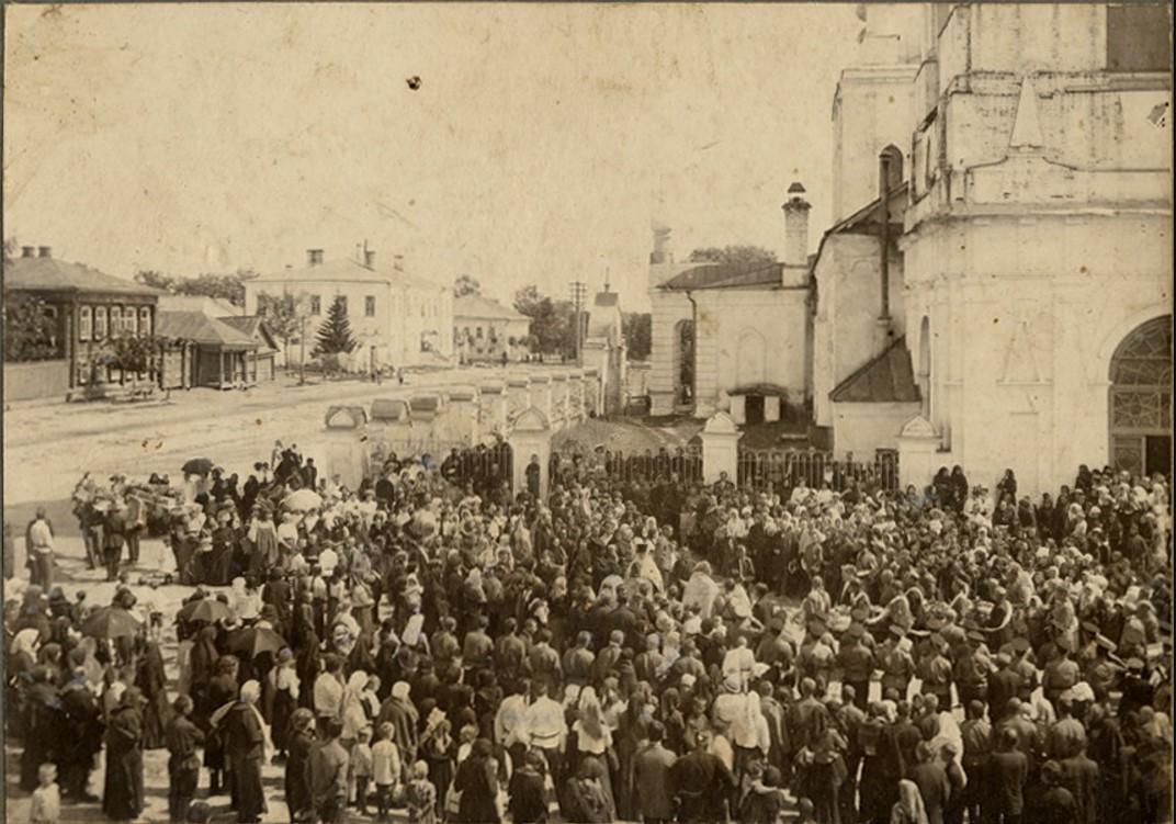 Похоронная процессия у Вознесенской церкви. 1900