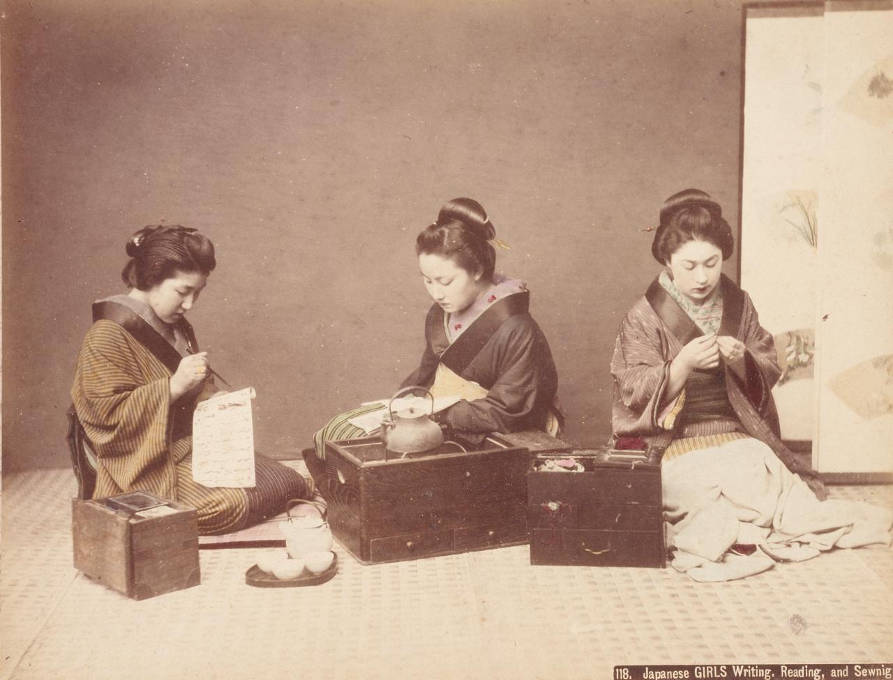 Девушки пишут, читают и шьют