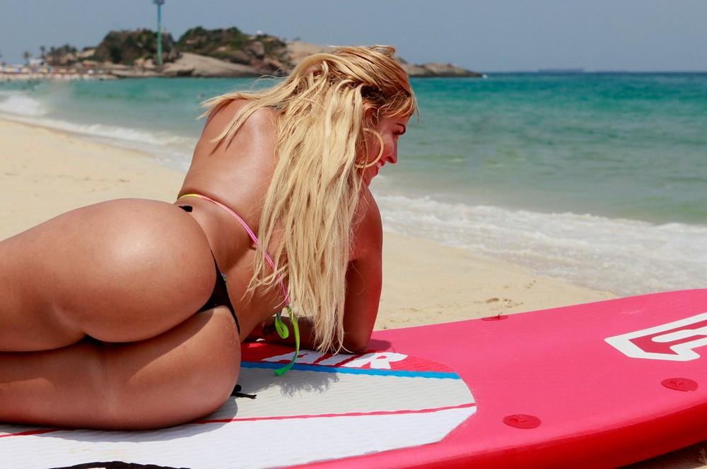 на пляже бразилии девушки