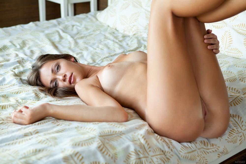 Обнаженная Sophia в спальне