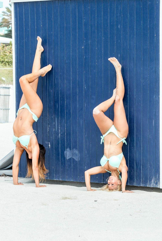 Клаудия Романи и Джессика Эдстром на пляже