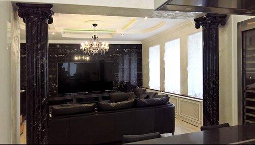 холл в классическом стиле, колонны из мрамора, мраморная стенка за телевизором