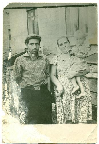 Бабушкина сестра Тамара с мужем и сыном.jpg