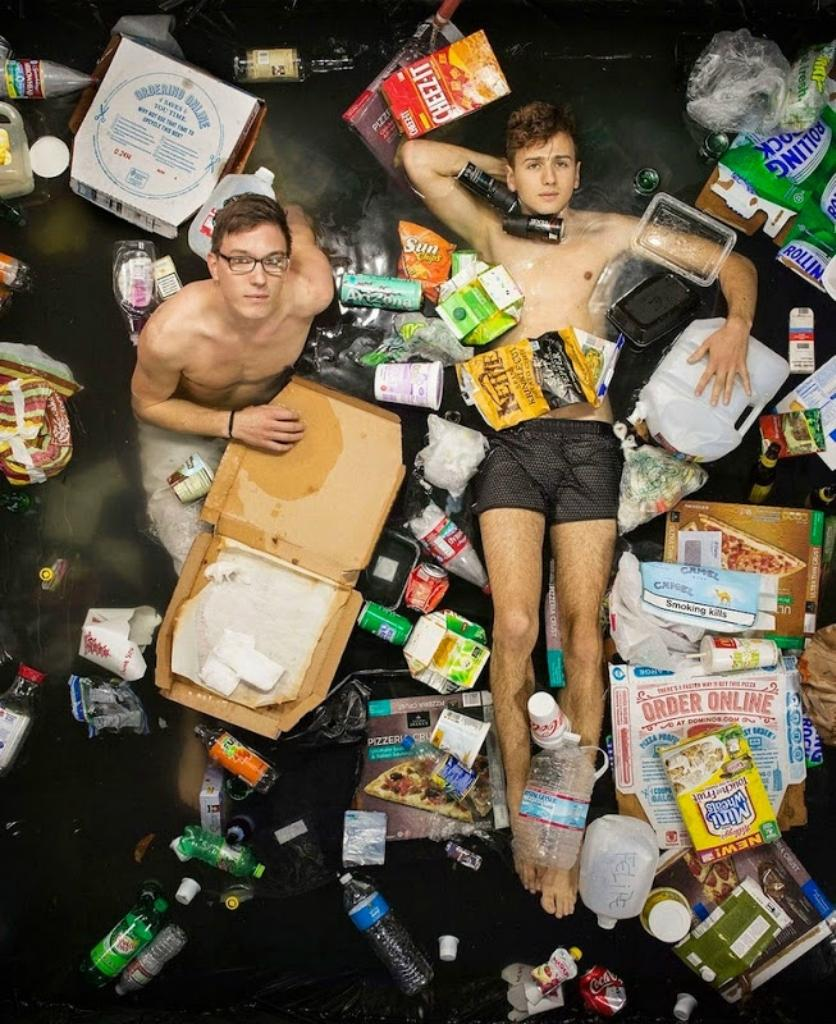 2. Тилль и Николас Автор проекта предложил всем участникам не выбрасывать мусор в течение недели, а