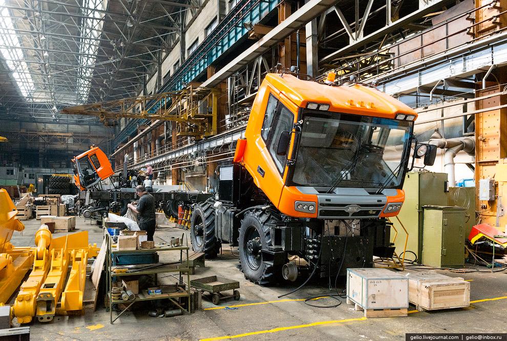 50. Гибрид грузового автомобиля и локомотива способен легко переезжать с одного пути на другой,