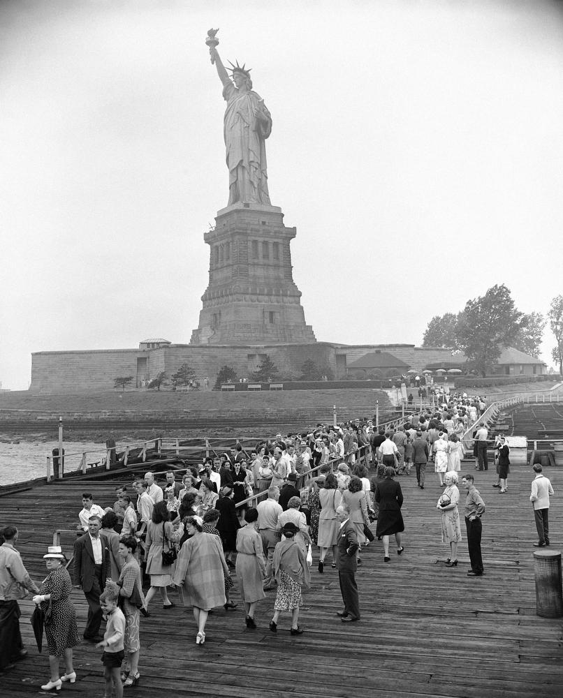 19. Туристы в очереди из США и множества стран стремятся попасть к статуе Свободы, 4 августа 1946 го