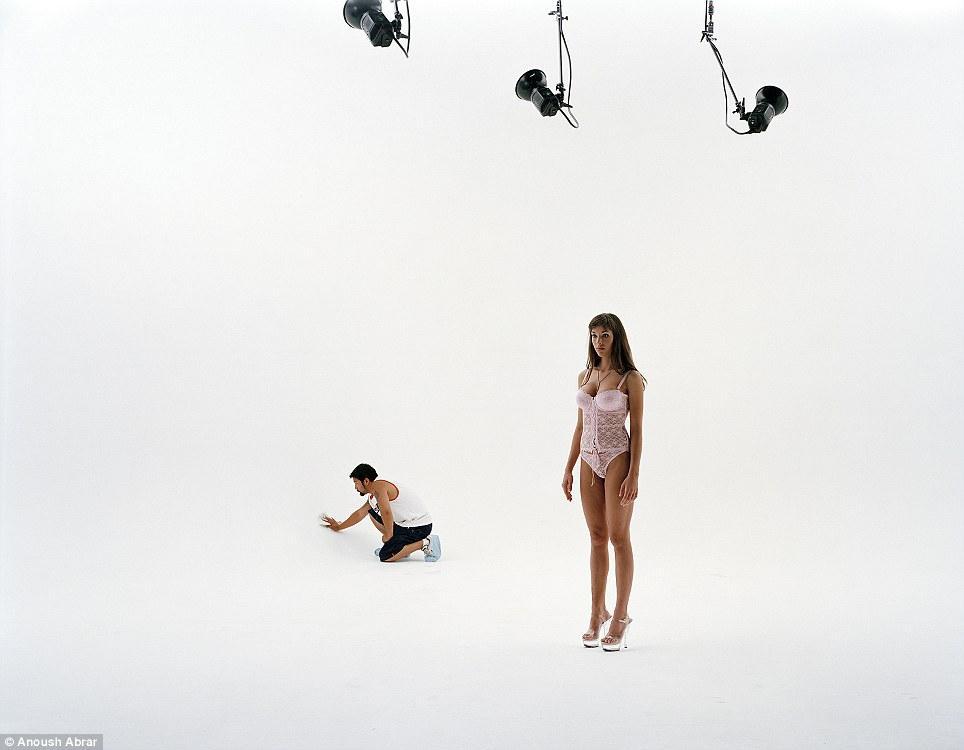 Фотограф решил сосредоточиться на женщинах, полагая, что он «чувствует», что у них больше шансов на