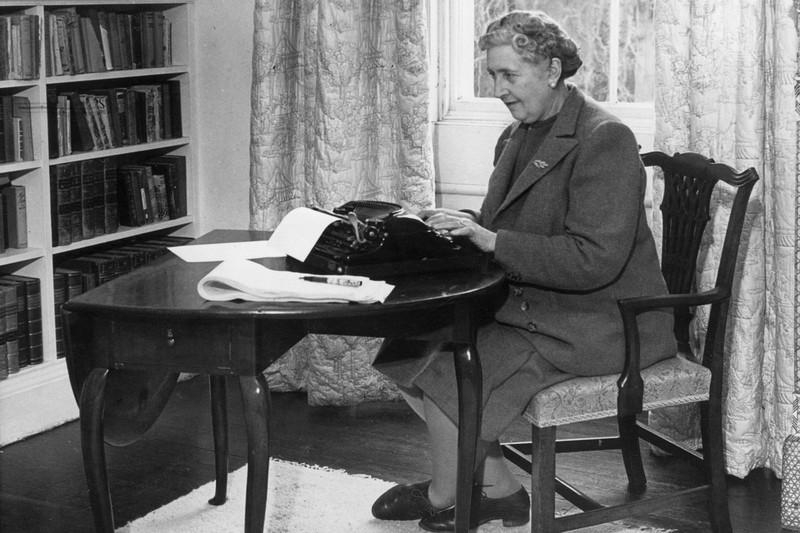 1. Агата Кристи (1890–1976), уже издав десяток книг, в анкетной строке «род занятий» указывала — «до