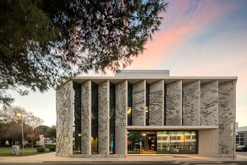 Барельеф на 49 бетонных панелей от Alexandre Farto (8 фото)