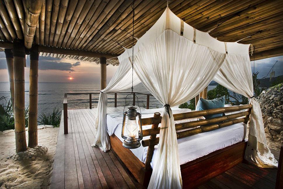 Великолепная вилла Cliffside Bale расположена над морем. Ее спальня представляет собой смотровую пло