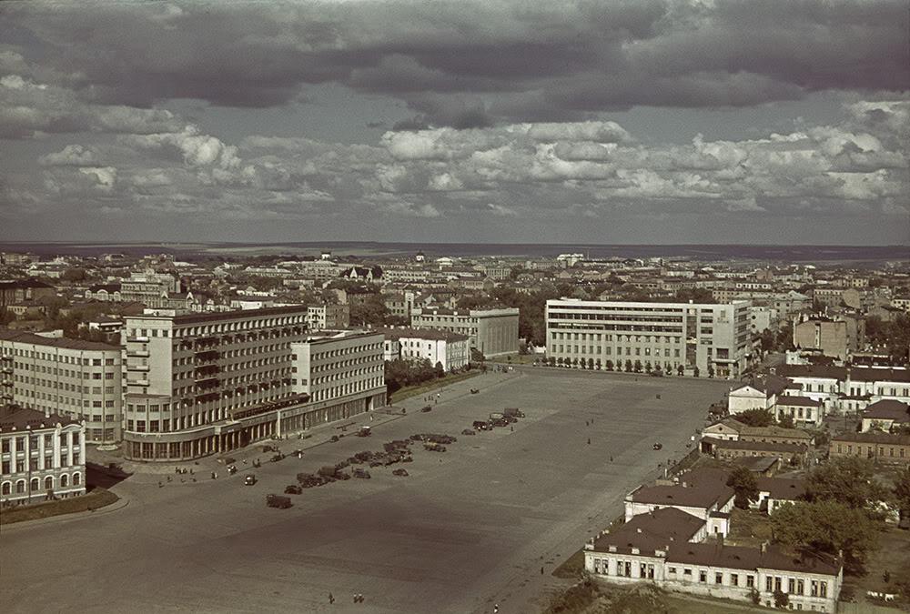 10. Немецкие автомобили напротив гостиницы «Харьков» в 1942 году, на центральной площади города (нын