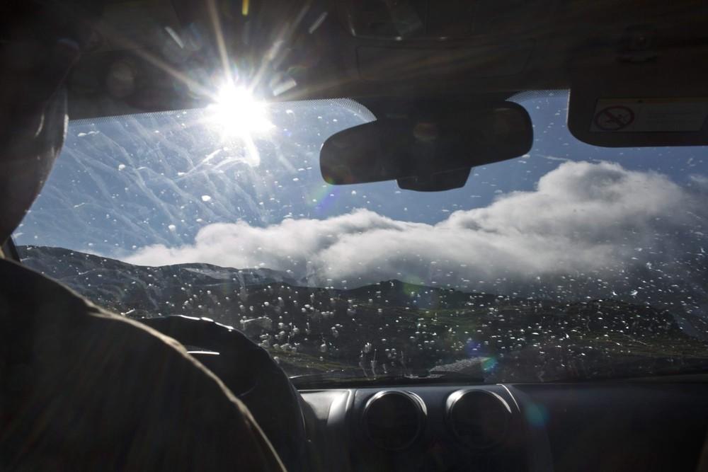 16. Машина, выделенная для Associated Press, поднимается по склону горы Пэктусан. Жители Северной Ко