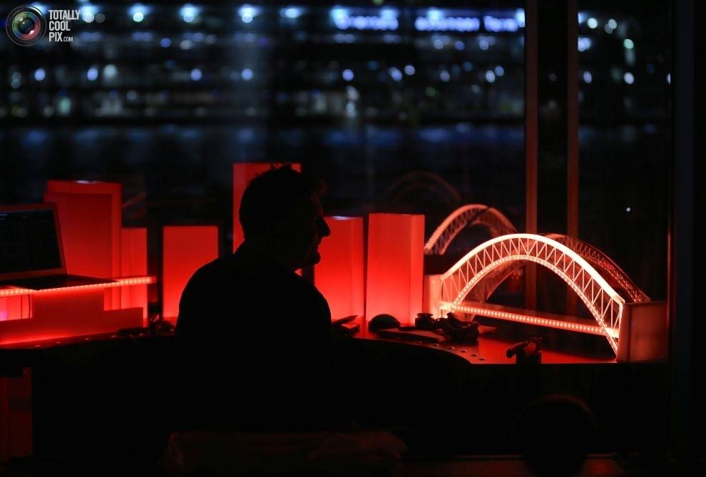 Оператор в центре управления подсветкой моста Харбор-Бридж и зданий, расположенных на берегу бухты С