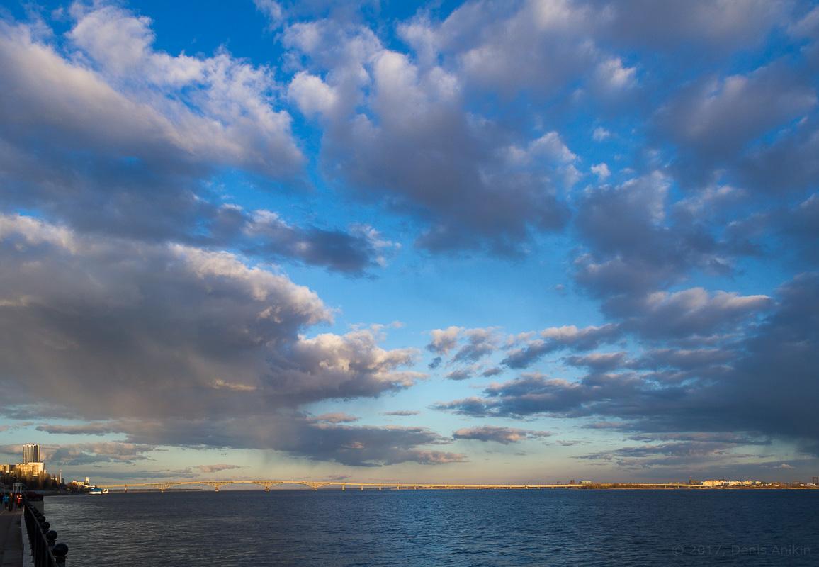 Волга Саратов набережная облака мост