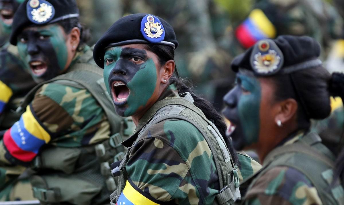 Грозные девушки в косметических масках: Макияж по-армейски