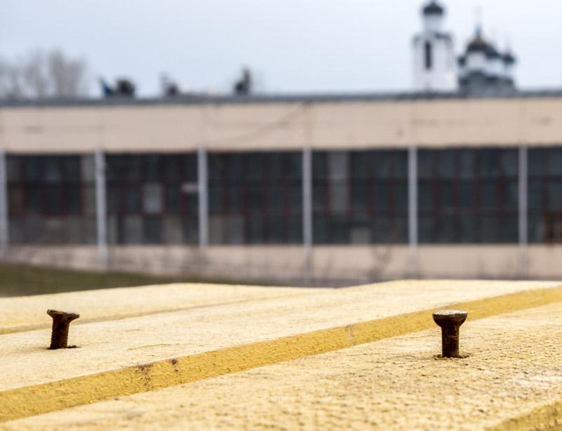 фотография гвоздей не вбитых до конца, а на заднем фоне церковь