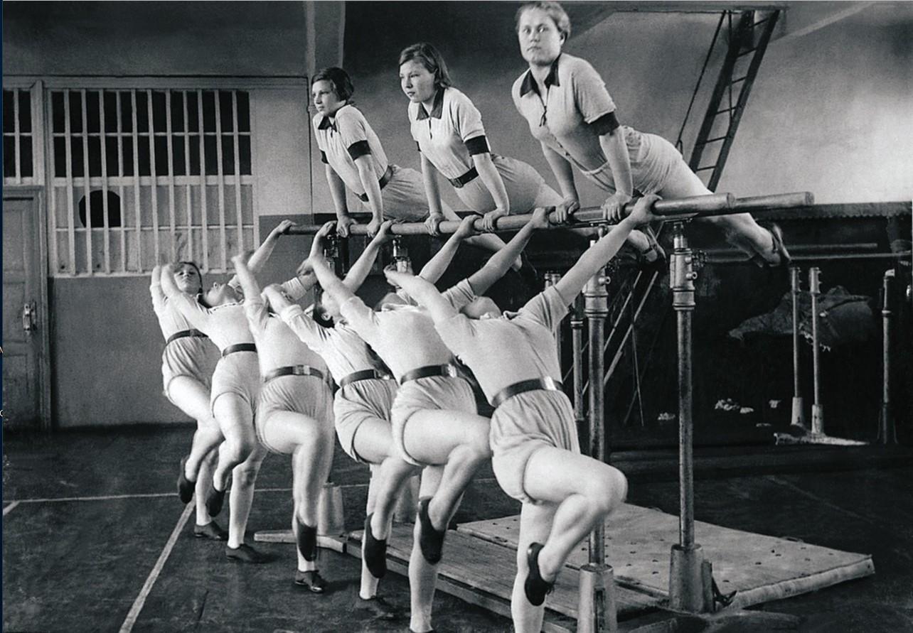 Челябинск. Добровольное спортивное общество. Гимнастки. Акробатический этюд. 1948