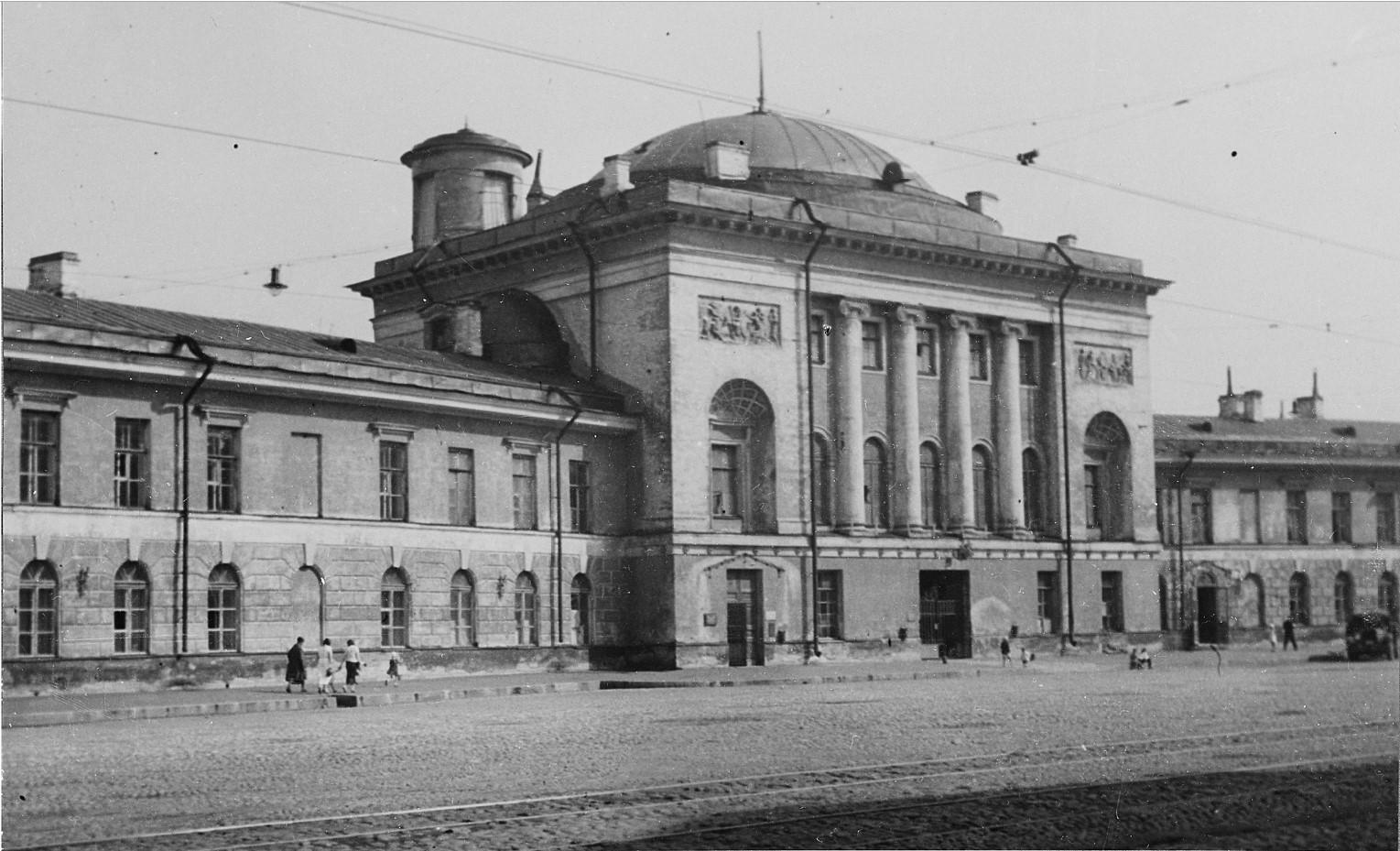 Здание бывших императорских конюшен