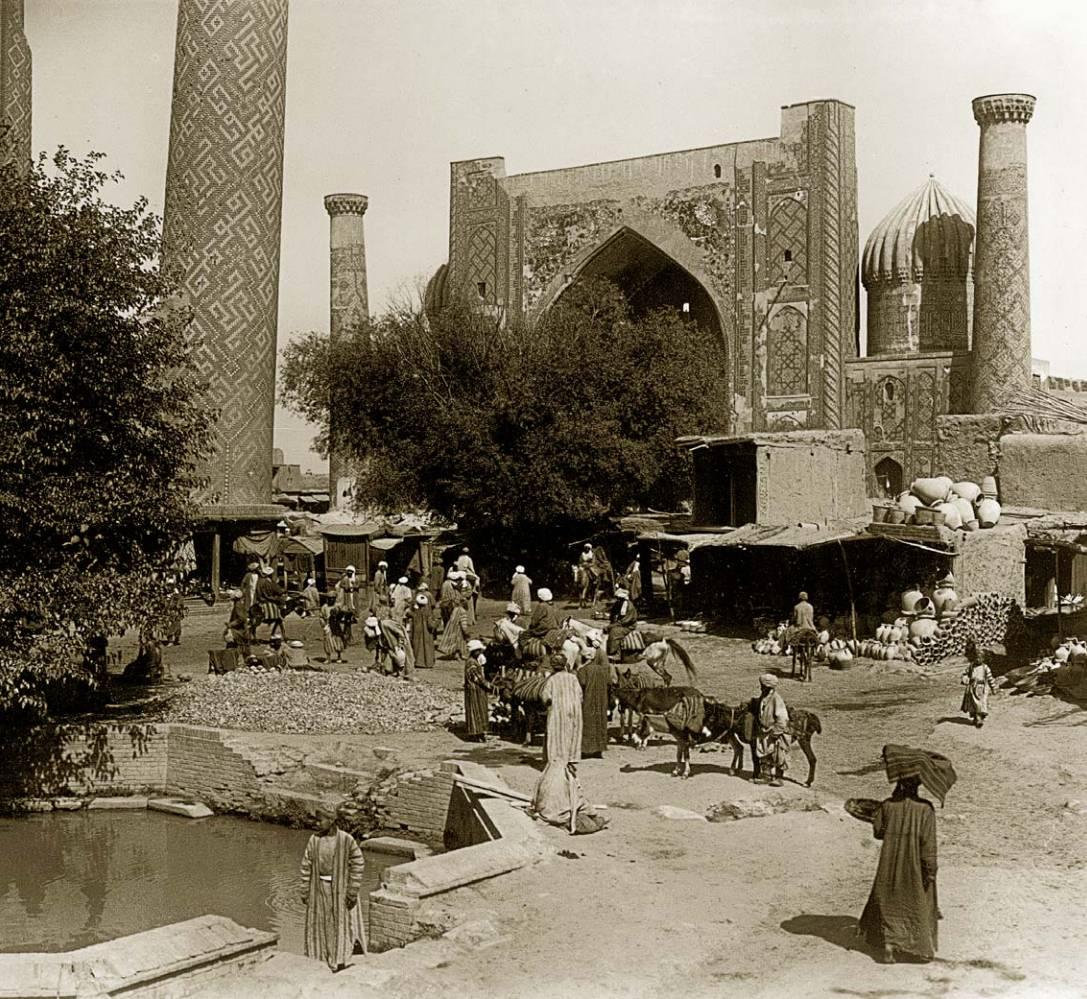 На площади Регистан у Сар-Хауза