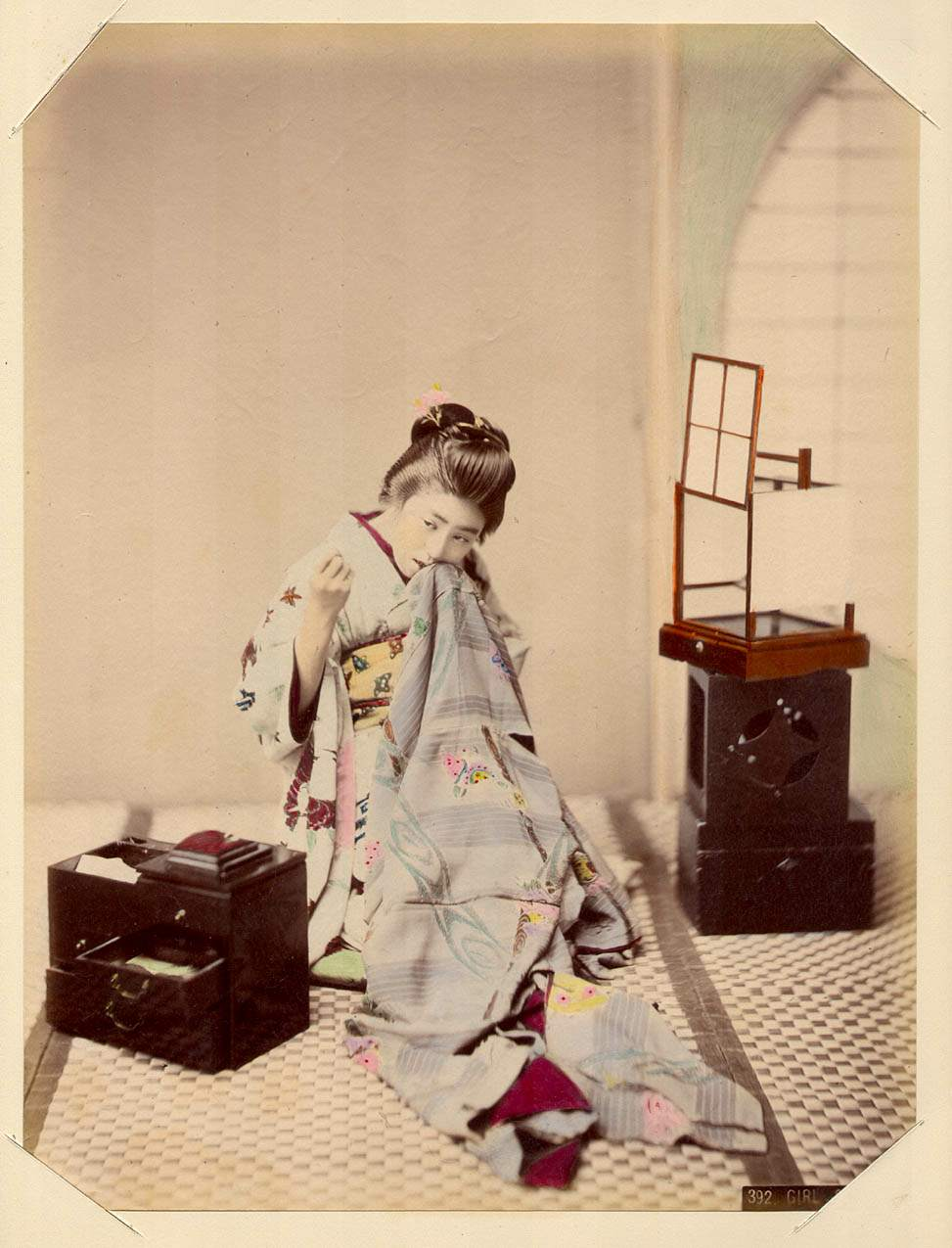 Девушка за шитьем