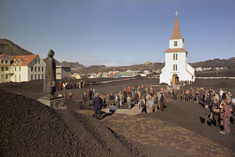 Вестманнаэйяр. Люди собираются возле церкви после извержения Эльдфедль