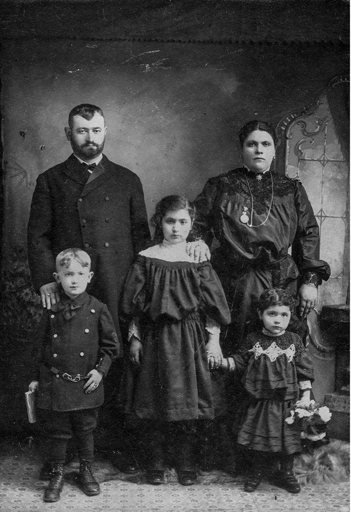 1900-е. Основатель компании «Стрейт» Арон Стрейт, изображен со своей семьей в первые годы после приезда в Соединенные Штаты