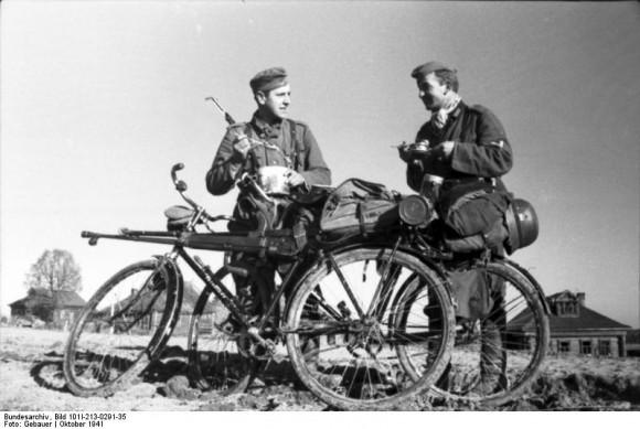 Bundesarchiv_Bild_101I-213-0291-35_Russland-Nord_zwei_Soldaten_mit_Fahrradern_0.jpg