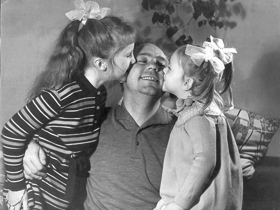 8. Николай Рыбников с дочерьми Аришей и Аленой. Фото из личного архива А.Ларионовой