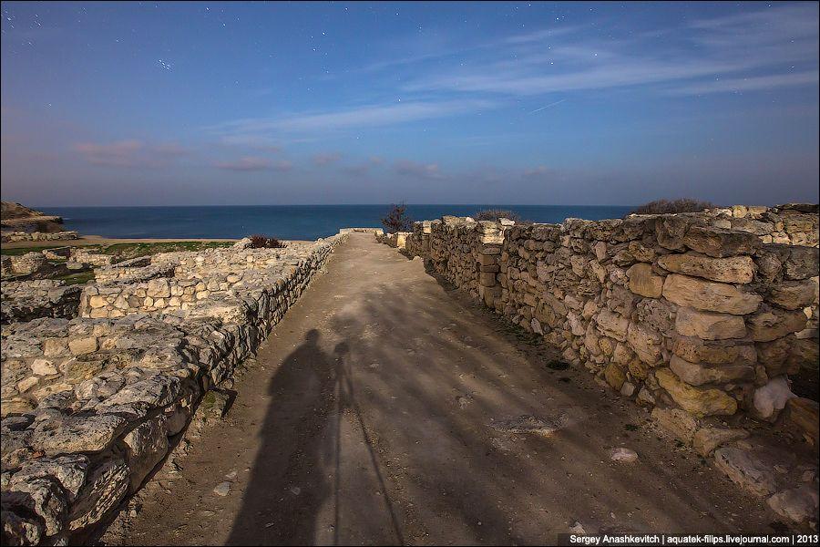 Берег у моря, куда выходили улицы древнего городища. Где-то здесь были пристани для судов, где ежедн