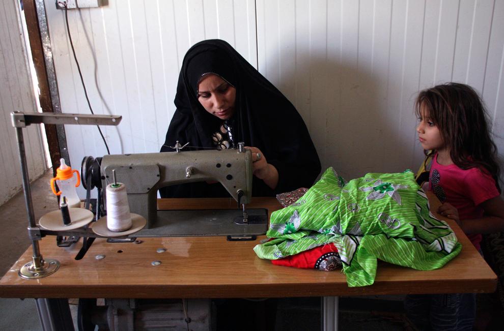 6. Вдова шьет в своем доме в города Садр. В Ираке главным кормильцем в семье являются около 2 миллио