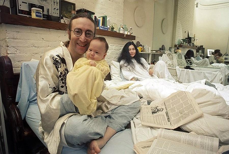 21. Джон Леннон, Йоко Оно и Шон Леннон, 1975.