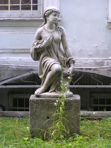 Любимые талисманы Мосфильма - баба каменная и «точно такой же, но без крыльев» ))