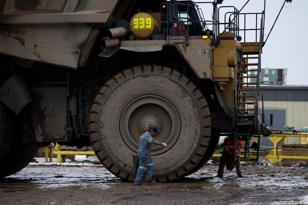 11. Механики работают на грузовике на золотом руднике, принадлежащем компании Ньюмонт Майнинг, тренд