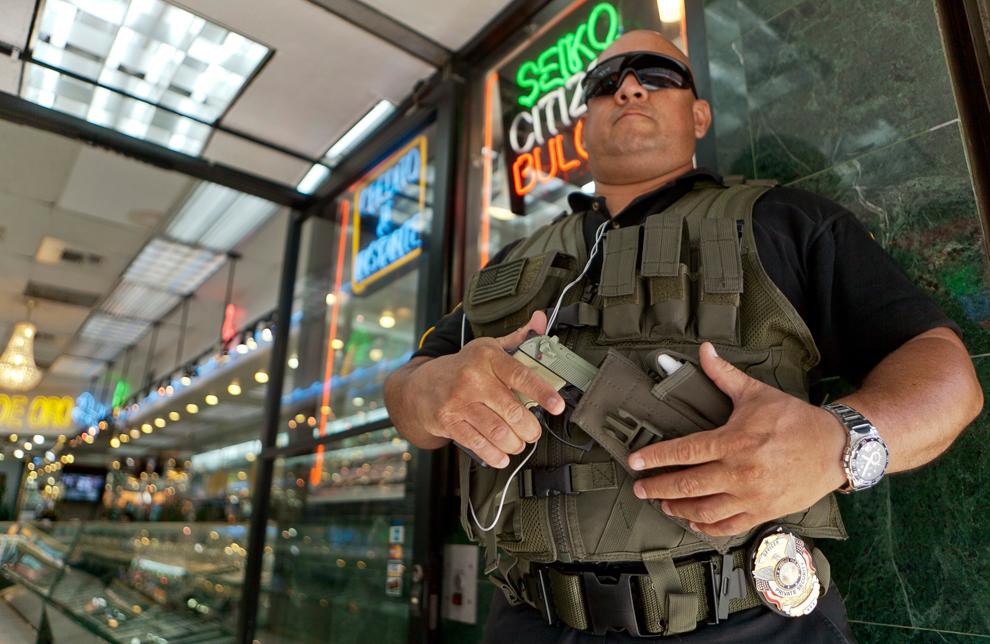 26. Охранник Гус Родригес стоит возле ювелирного магазина