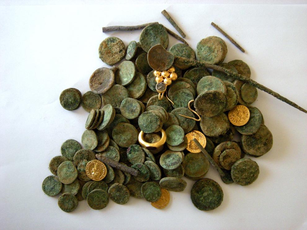 34. Украшения, золотые и серебряные монеты Средневековья были обнаружены на недавних раскопках в Иер