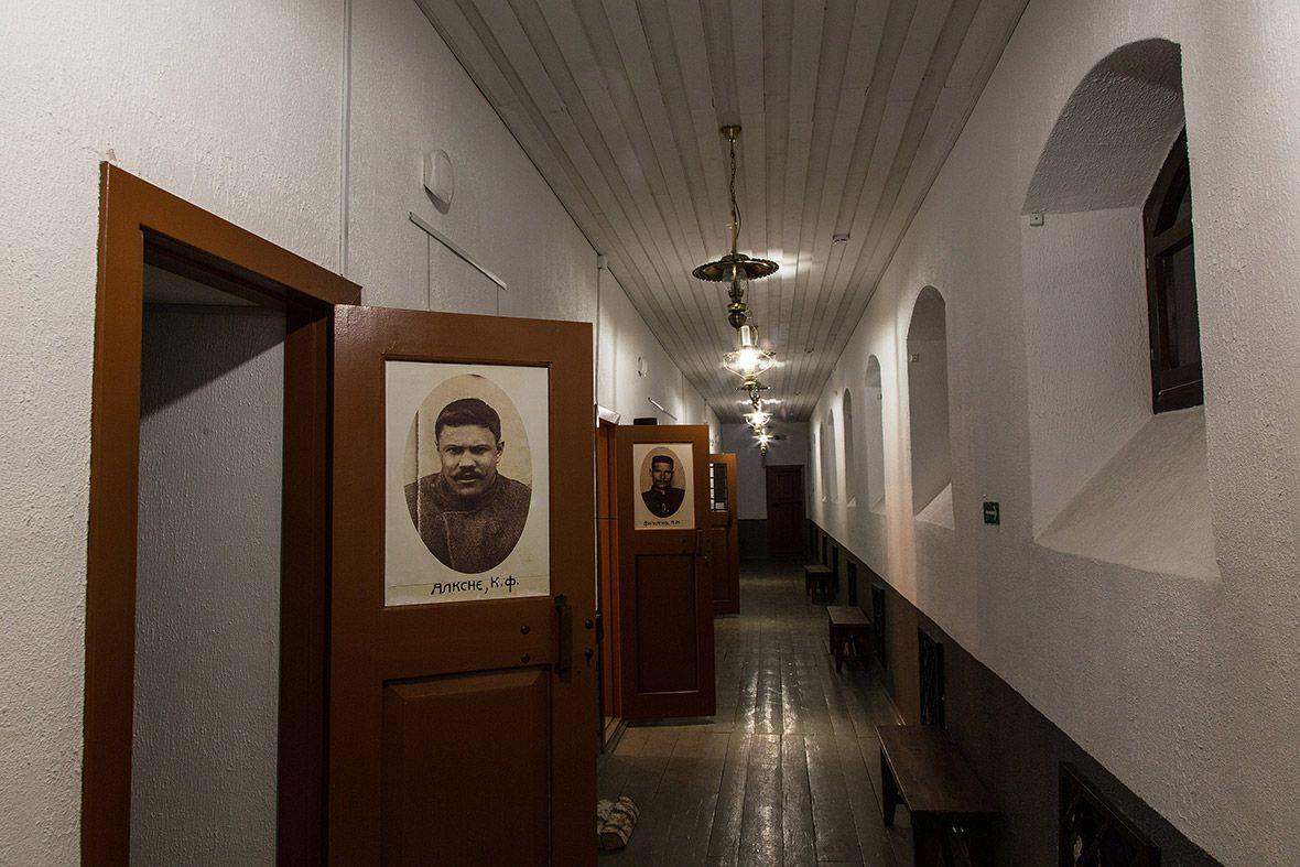 На дверях комнат висят портреты бывших узников.