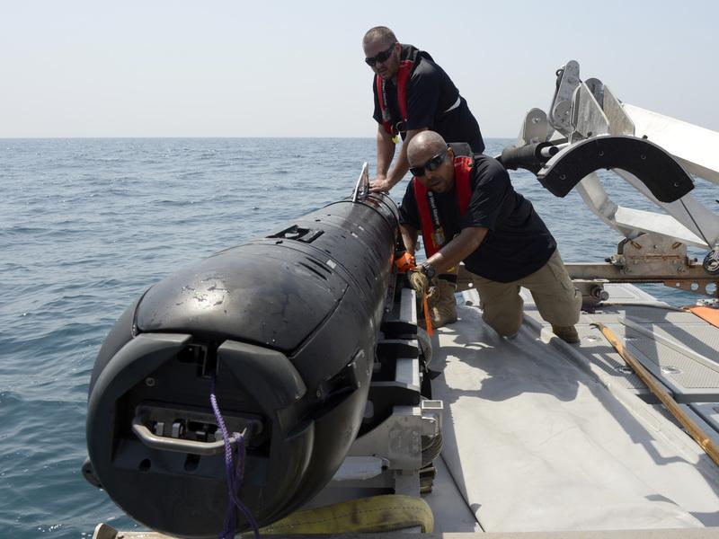 — В США разрабатывается подводный робот Kingfish. Его программируют, а затем погружают в воду.