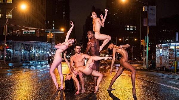Разврат или искусство: танцоры разделись на улицах всего мира. (14 фото) 18+