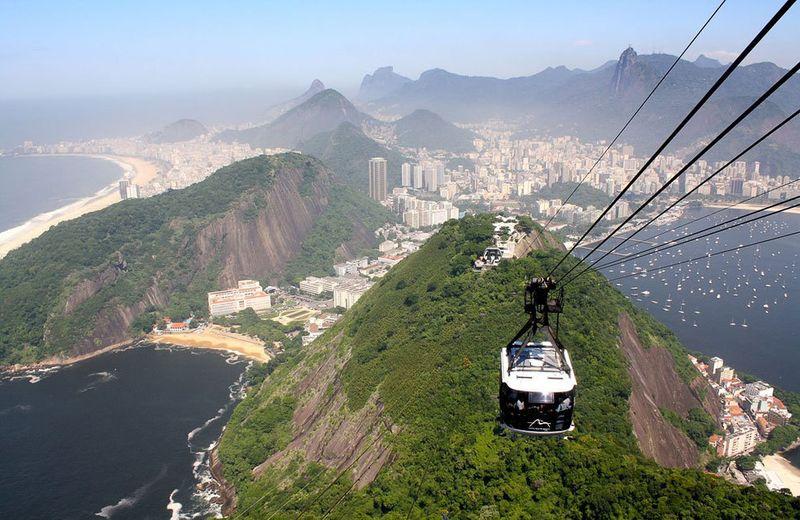 Местные жители имеют право на два бесплатных билета в день для проезда на Complexo do Alemao, а тем,